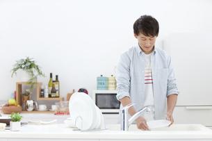 洗い物をする男性の写真素材 [FYI02815744]