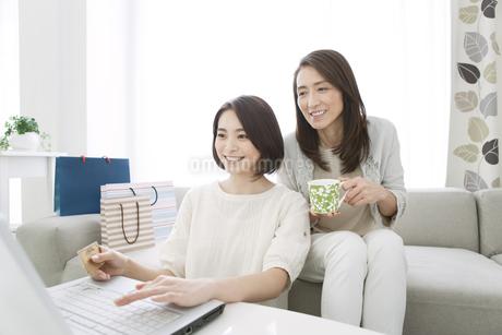 ネットショッピングをする娘と母の写真素材 [FYI02815748]