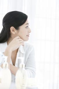 ほおづえをつく女性の横顔の写真素材 [FYI02815778]
