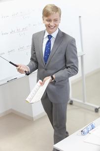 指し棒を持つ外国人教師の写真素材 [FYI02815781]