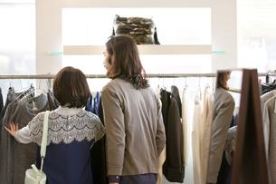 ショッピングをするカップルの後姿の写真素材 [FYI02815806]