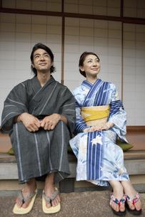 縁側に座る浴衣姿の日本人カップルの写真素材 [FYI02815807]