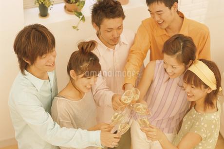 乾杯をする男女6人の写真素材 [FYI02815815]