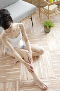 足をマッサージする女性の写真素材 [FYI02815824]