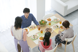 食事の準備をする家族の写真素材 [FYI02815829]