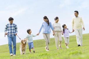犬と散歩する3世代家族の写真素材 [FYI02815839]