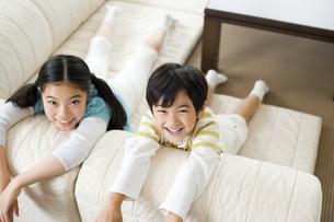 笑顔の男の子と女の子の写真素材 [FYI02815857]