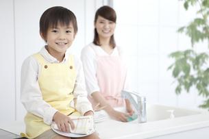 皿を拭く男の子の写真素材 [FYI02815859]