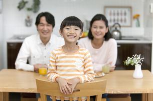 笑顔の女の子と両親の写真素材 [FYI02815860]