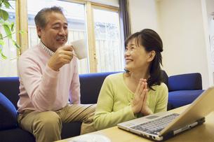 笑顔で話をするミドルカップルの写真素材 [FYI02815882]