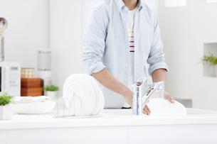 洗い物をする男性の写真素材 [FYI02815884]
