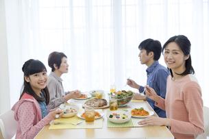 食事中の3世代家族の写真素材 [FYI02815886]