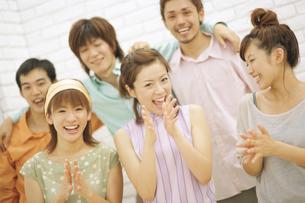 笑顔で拍手をする男女6人の写真素材 [FYI02815888]