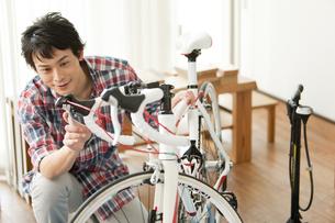 自転車の手入れをする男性の写真素材 [FYI02815900]