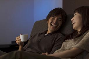 シアタールームで映画を見るカップルの写真素材 [FYI02815919]