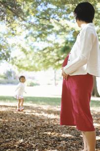 妊婦の母親と女の子の写真素材 [FYI02815927]