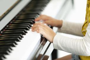 ピアノを弾く女の子の手元の写真素材 [FYI02815948]