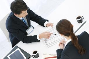 打ち合わせをするビジネスマンとビジネスウーマンの写真素材 [FYI02815965]