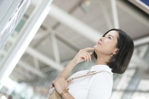掲示板を見る女性の写真素材 [FYI02815969]