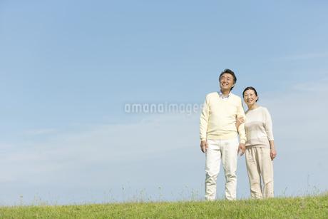 笑顔で話す中高年夫婦の写真素材 [FYI02815971]