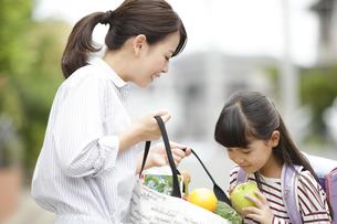 買い物袋の中を見ている母娘の写真素材 [FYI02815979]