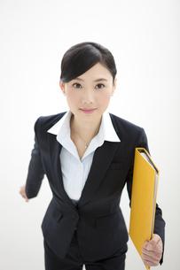 ファイルを持って歩くビジネスウーマンの写真素材 [FYI02815996]