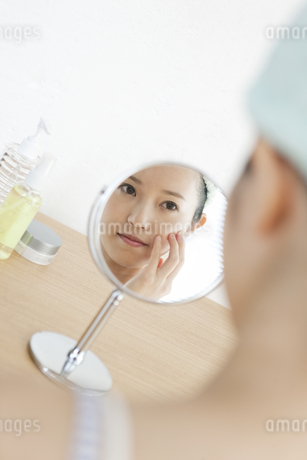 鏡にうつる女性の写真素材 [FYI02816006]