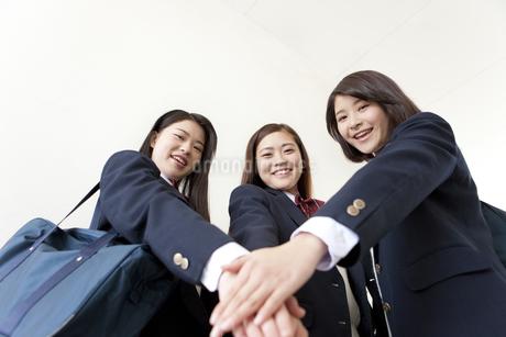 団結する女子高生3人の写真素材 [FYI02816017]