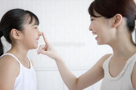 娘の鼻に泡をつける母親の写真素材 [FYI02816038]