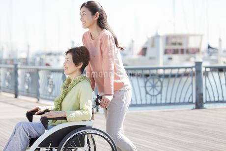 車いすに乗る祖母と娘の写真素材 [FYI02816044]