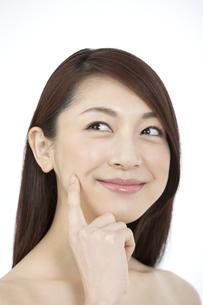 指で頬を触る女性の写真素材 [FYI02816046]