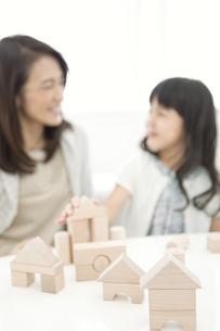 積み木で遊ぶ女の子と祖母の写真素材 [FYI02816054]