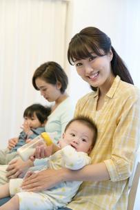 赤ちゃんを抱く母親2人の写真素材 [FYI02816056]