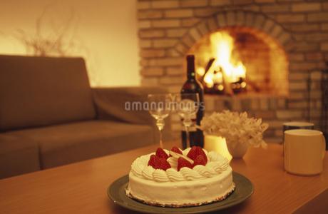 ケーキと暖炉の写真素材 [FYI02816067]