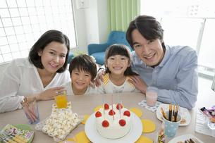 誕生日パーティーをする家族4人の写真素材 [FYI02816069]