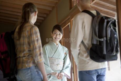 外国人観光客を案内する日本人女性の写真素材 [FYI02816078]