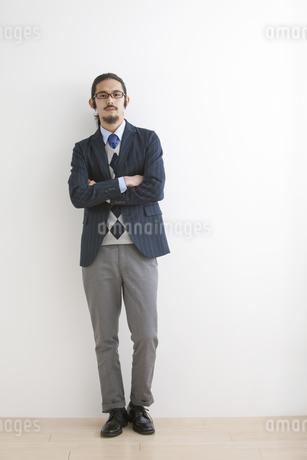 腕組みをするビジネスマンの写真素材 [FYI02816079]