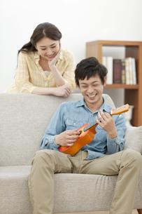 ウクレレを弾く男性と笑顔の女性の写真素材 [FYI02816083]