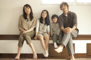 並んで座る家族の写真素材 [FYI02816094]