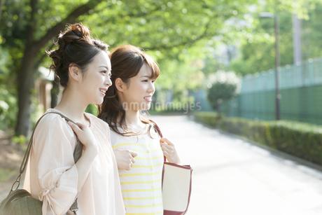 笑顔の女子大生2人の写真素材 [FYI02816097]