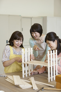 DIYをする中高年女性3人の写真素材 [FYI02816099]