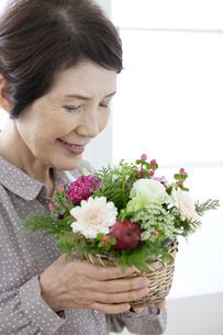 花束を持つシニア女性の写真素材 [FYI02816100]