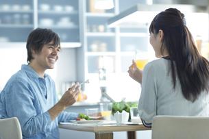 朝食を食べるカップルの写真素材 [FYI02816120]