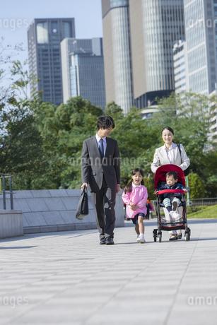 外出する家族の写真素材 [FYI02816257]