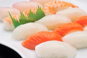 にぎり寿司盛り合わせの写真素材 [FYI02816276]