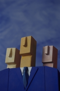 3人のビジネスマンをイメージした3体の人形(青)の写真素材 [FYI02816335]