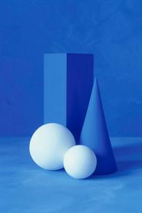 直方体と球と円すいのオブジェの写真素材 [FYI02816400]