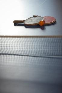 卓球台とラケットの写真素材 [FYI02816461]
