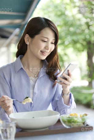 昼食を食べる女性の写真素材 [FYI02816542]