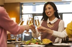 乾杯する女性4人の写真素材 [FYI02816622]